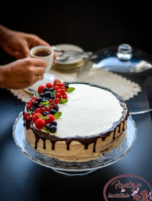 Tort simplu cu frisca si ciocolata!